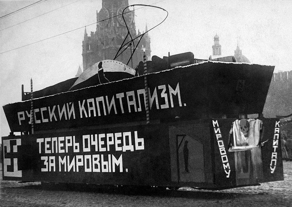 1920_szimbolikus_temetes_orosz_kapitalizmus_a_voros_teren_1920_moszkva.png