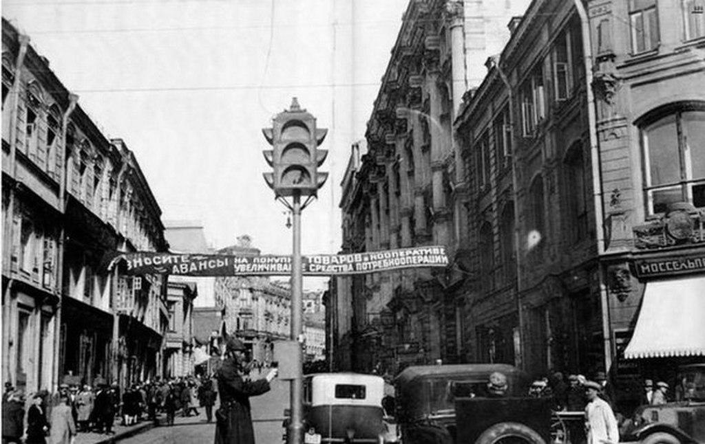 1930_az_elso_szovjet_kozlekedesi_lampanal_volt_telepitve_a_keresztezodesekben_a_petrovka_es_kuznetsky.jpg