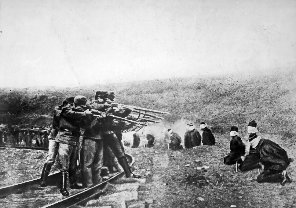 1917_austro-hungarian_troops_executing_captured_serbians.jpg