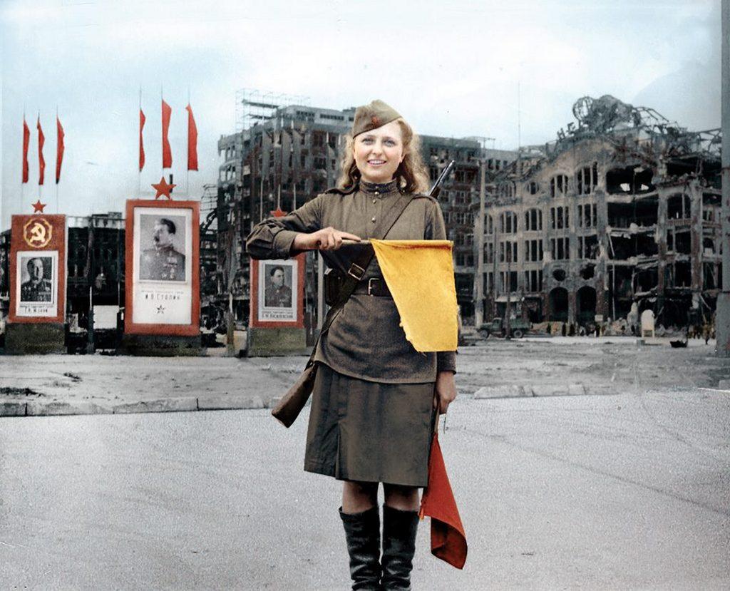 1945_forgalomiranyito_szovjet_katonano_berlinben_a_ii_vilaghaboru_vegen.jpeg