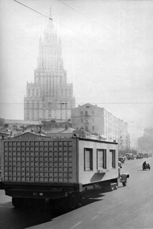 1960_hazgyari_lakas_egyik_lakogysegenek_szallitasa_a_hruscsov_nevevel_femjelzett_elso_panellakasok_belmagassaga_mindossze_230_cm_volt.png