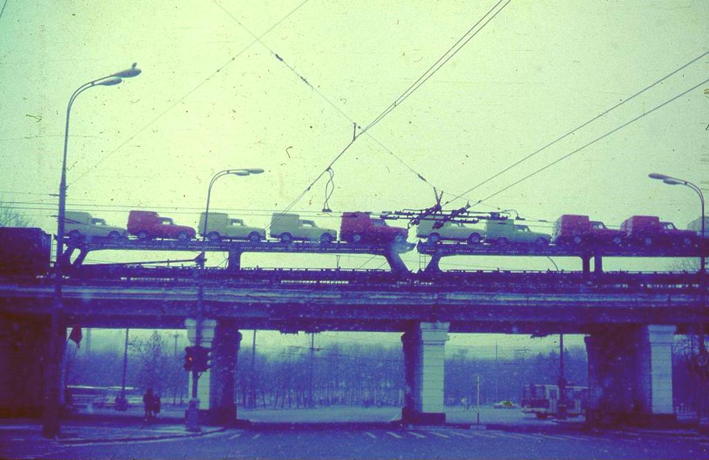 1987_szallitas_autok_vasuton_1987_moszkva.png