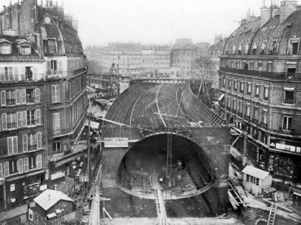 1906_metro_at_saint-michel_in_paris.jpg