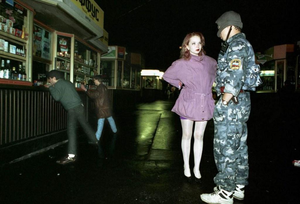 1994_moszkvai_ejszaka_rendorrel_prostival_es_gyerekekkel.jpeg