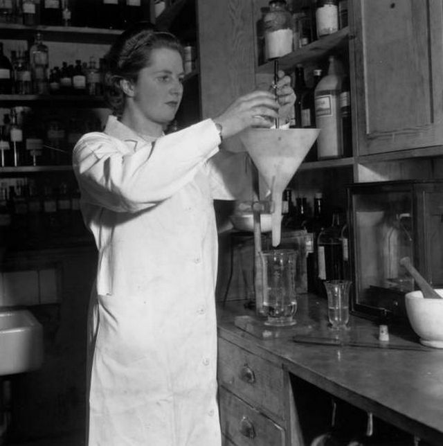 1942_margaret_thatcher_as_a_chemist.jpg