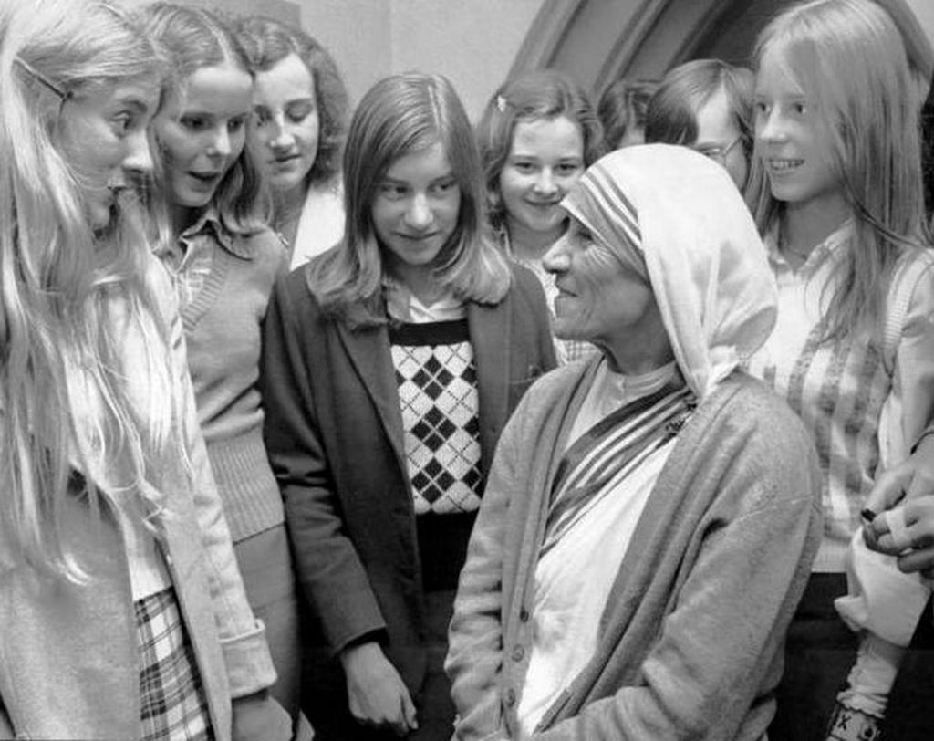 1973_mother_teresa_speaking_with_some_college_girls.jpg