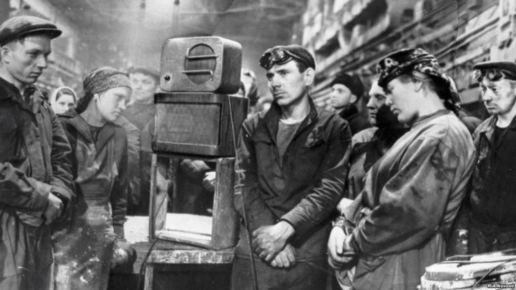 1953_marcius_6_reggel_6_ora_dynamo_gyari_munkasok_egy_uzenetet_hallgat_a_halala_sztalin_1953-ban_a_szovjetunioban.jpeg
