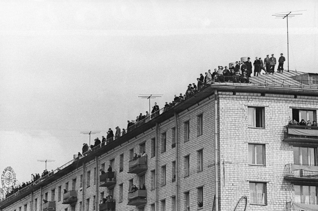 1961_moszkovitak_figyeljuk_gepkocsi_jurij_gagarin_az_aprilis_14_1961_moszkva.jpeg