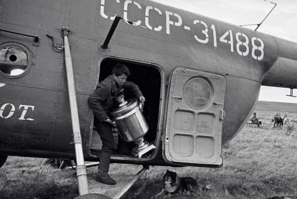 1965_a_helikopter_egy_szamovar_tundra_1965-ben_a_szovjetunio.jpeg