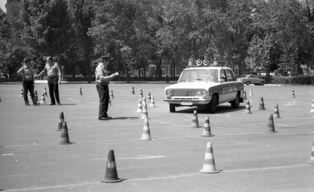 1986_rendorsegi_autovezetoi_verseny.jpg