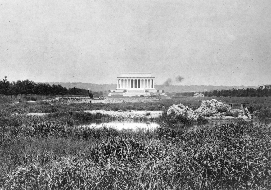 1917_mocsar_a_lincoln_memorial_kozeleben_jelenleg_a_tukormedence_all_a_helyen.jpg