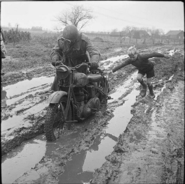 1944_december_holland_kisfiu_segit_hogy_a_sarbol_brit_katonai_postas.jpeg
