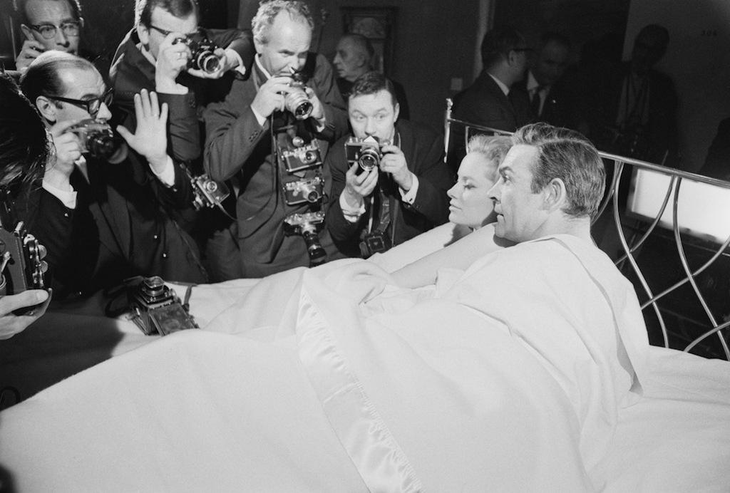 1965_sean_connery_es_partnernoje_a_tuzgolyo_cimu_film_sajtobemutatojan.jpeg