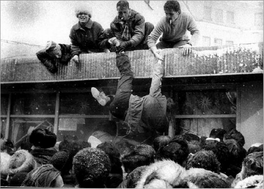 1987_ostromallapot_egy_italbolt_elott_a_szeszkorlatozas_idejen.jpeg