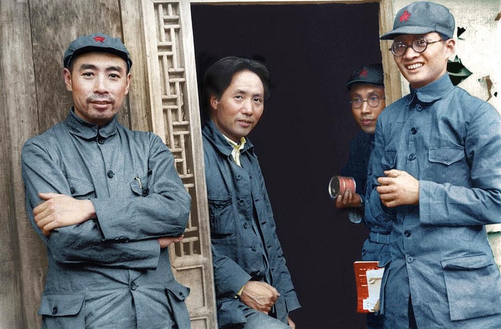 1935_mao_zedong_balkozep_es_zhou_enlai_bal_szelen_a_yanan.jpg