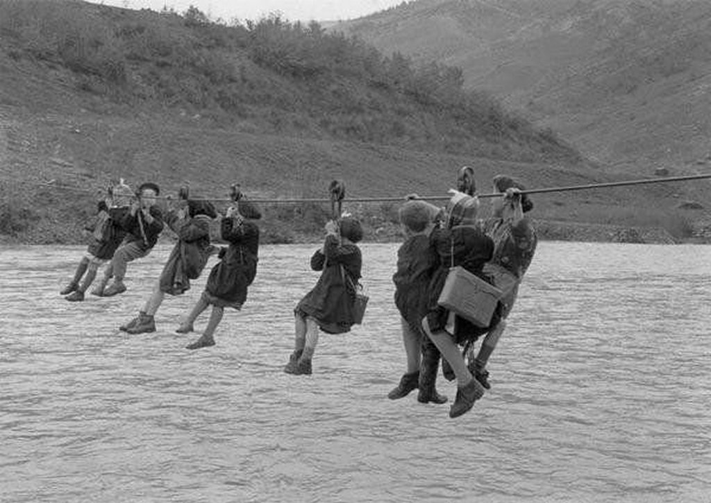1959_children_cross_the_river_using_pulleys_on_their_way_to_school_in_the_outskirts_of_modena_italy.jpg