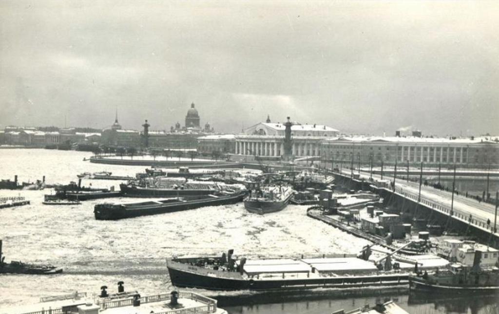 1956_november_12_leningrad_eros_szel_letepte_a_horgony_tobb_mint_30_hajo_es_dobta_oket_a_hidon.jpeg