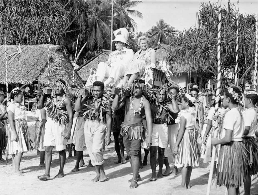 1959_lord_es_lady_cobham_a_pukapuka-szigeten_az_uj-zelandi_kormanyzo_felesegevel_jart_akkor_a_polineziai_cook-szigetek_legtavolabbi_elszigetelt_reszen.jpeg