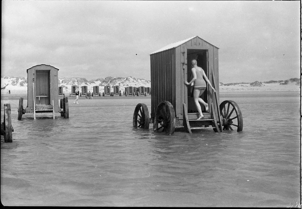 1910-es_evek_vintage_beachside_bathing_machines_families_would_rent_these.jpg