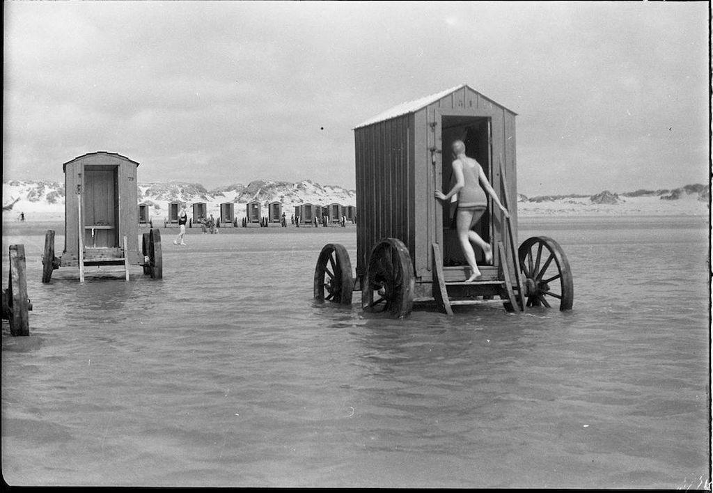 1910-es_evek_vintage_beachside_bathing_machines_families_would_rent_these.jpg