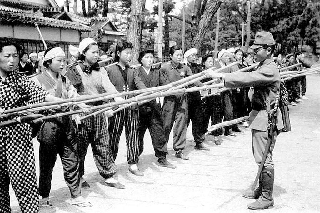 1945_az_utolso_vedelmi_vonal_1945-ben_japanban_japan_tisztek_kepzett_harcosok_a_polgari_onkentes_hadtest_erintkezes_bambusz_landzsakkal.jpeg