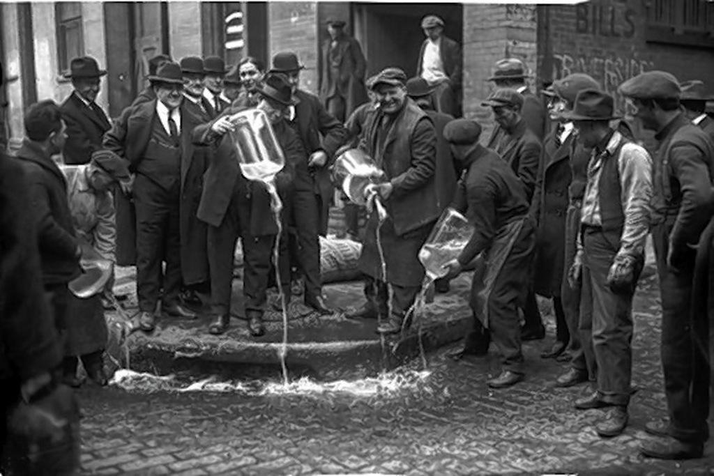 1920-as_evek_szesztilalom_alatt_megsemmisitett_alkoholos_italok_new_york-ban.jpg