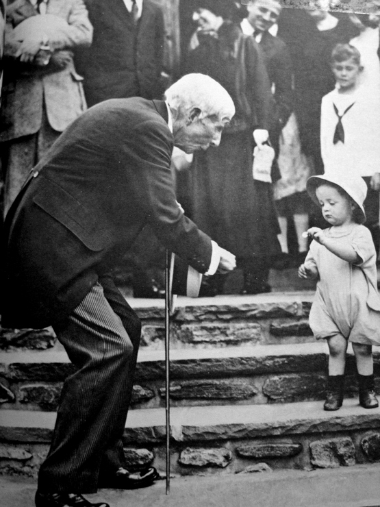 1923_multibillioner_john_d_rockefeller_sr_gives_a_nickel_to_a_child_on_his_84th_birthday.jpg
