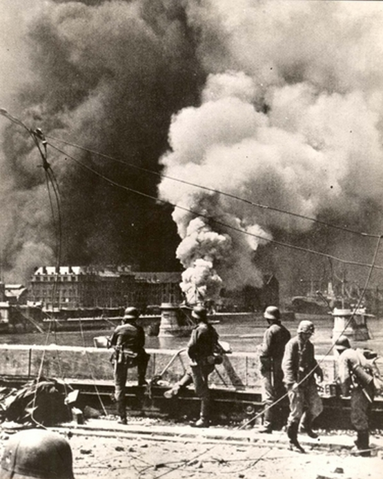 1940_majus_13_rotterdam_netherlands_german_soldiers_watching_the_city_being_bombed.jpg