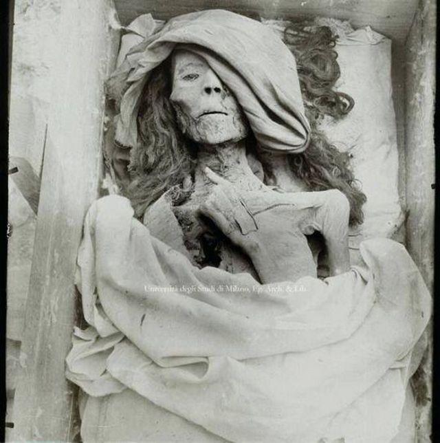 1898_the_mummy_of_queen_tyie_king_akhenaten_s_mother_tomb_kv35_valley_of_the_kings_in_luxor_egypt.jpg