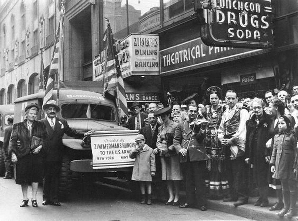 1943_amerikaban_elo_magyarok_mentoautokat_ajandekoznak_az_amerikai_hadseregnek_new_york.jpg