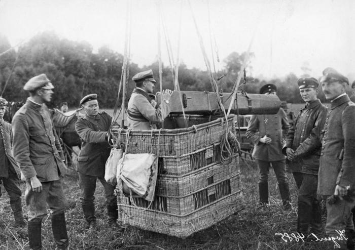 1916_nemetek_legifelderitesre_keszulnek_korabeli_fenykepezogeppel.jpeg