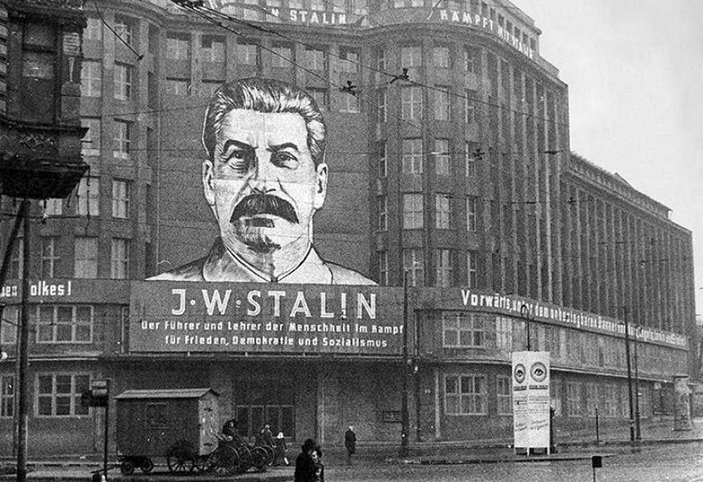 1950_sztalin_portre_a_nemet_kommunista_part_szekhazanak_homlokan_kelet-berlinben_ndk.jpg
