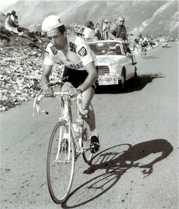 1967_julis_13_brit_kerekparos_tom_simpson_nem_sokkal_halala_elott_alatt_a_tour_de_france_mont_ventoux_franciaorszag.jpg