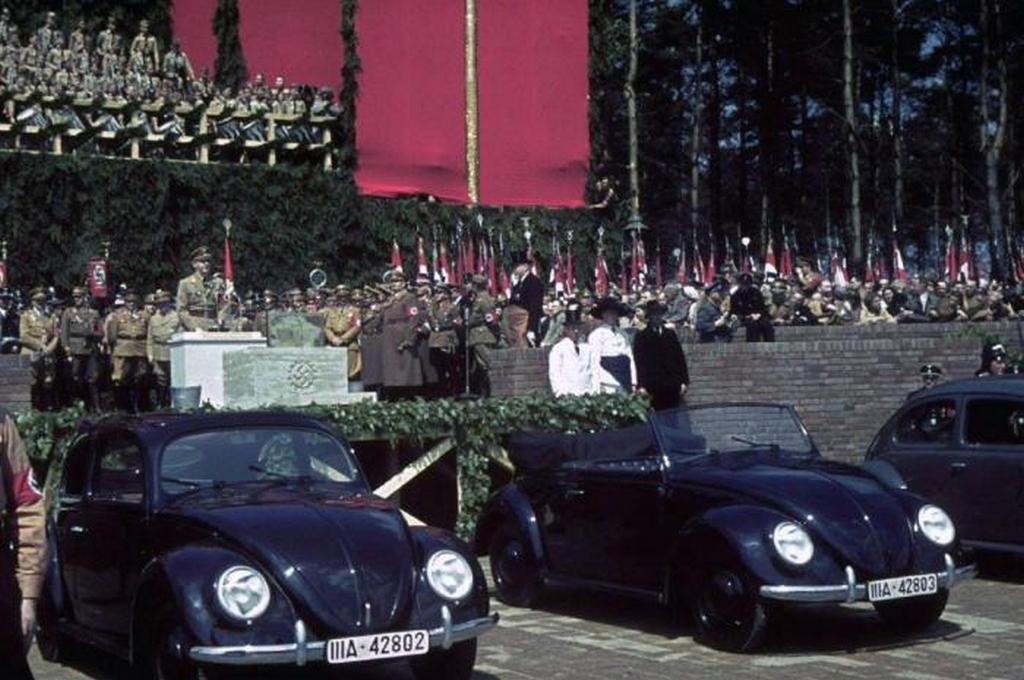 1939_aprilis_ferdinand_porsche_bemutatja_ket_volkswagen_modellek_a_50_evforduloja_alkalmabol_hitler_1939-ben_nemetorszagban.jpeg