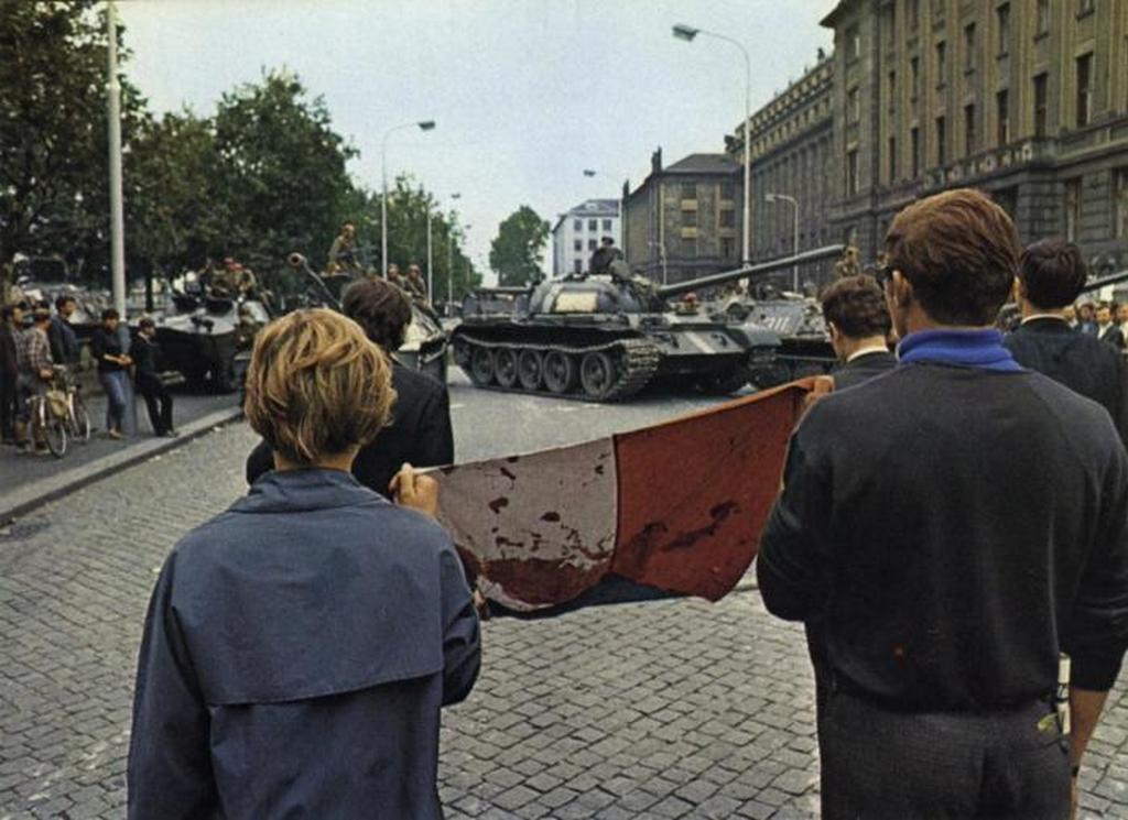 1968_a_nema_tuntetes_elott_a_tartalyok_lakoi_praga_augusztus_21_1968_csehszlovakia.jpeg