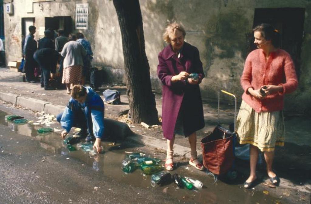 1970_emberek_mossuk_cimkek_palackok_1970_moszkva.jpeg