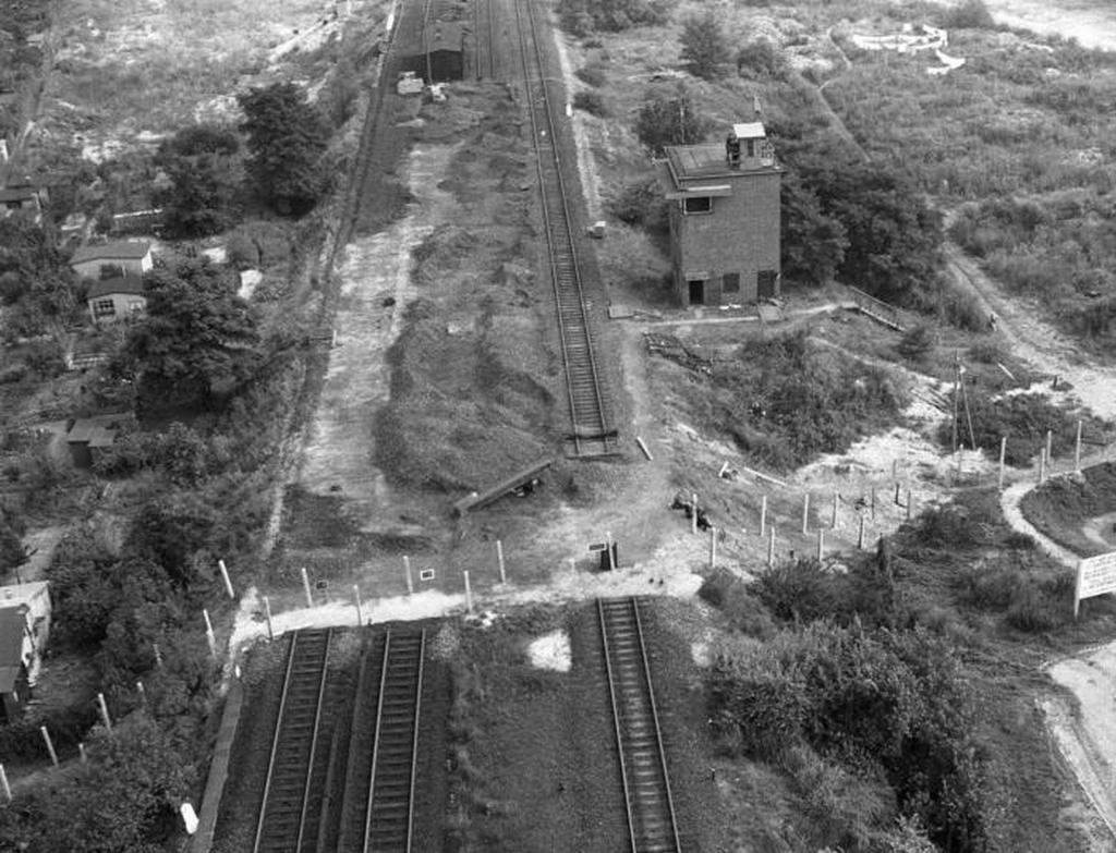 1961_a_kulonbseg_az_s-bahn_vonal_hataran_kelet-_es_nyugat-nemetorszag_augusztus_26_1961_nyugat-berlin.jpeg