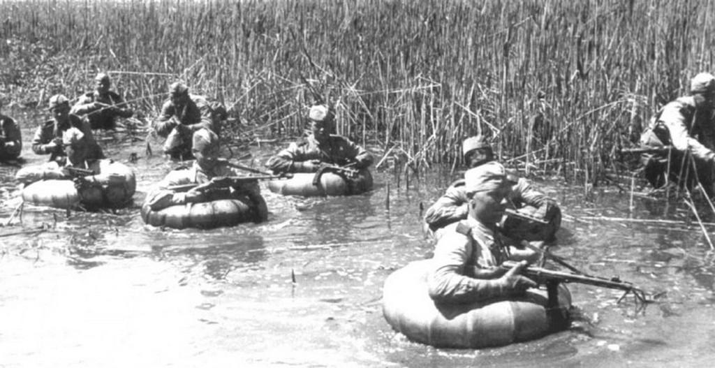 1943_nyara_szovjet_gyalogosok_a_vegyuletek_az_eszak-kaukazusi_front_vezette_tamado_a_kuban_elarasztott_teruleteken_taman-felszigeten.jpg
