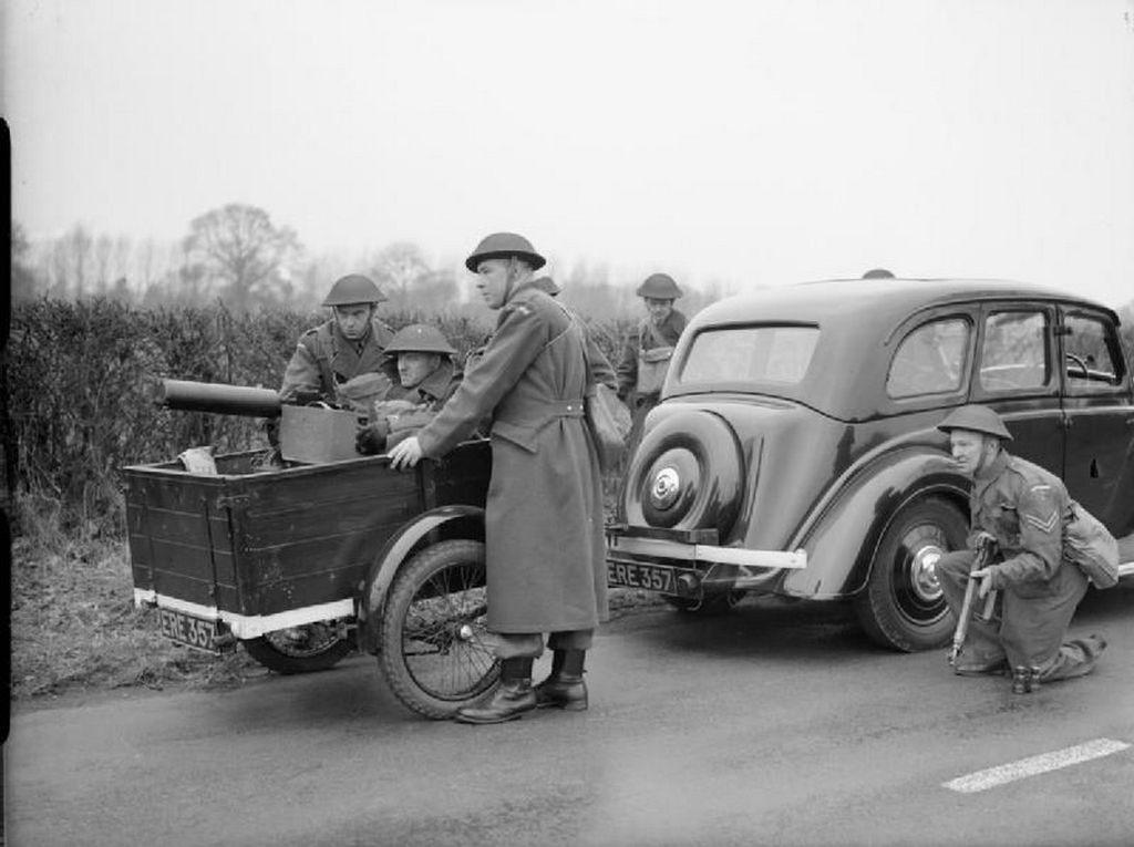 1940_mobil_brit_gepezet_egyike_a_geppuska_telepitesehez.jpg