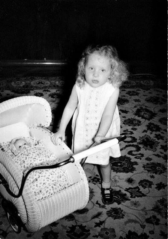 1957_a_harom_eves_angela_kasner_merkel_babajaval_jatszik.jpg
