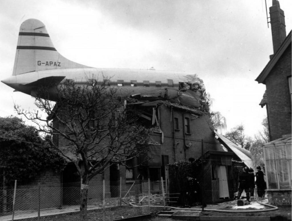 1963_marcius_27-en_a_repulogep_egy_gloucester-i_hazba_zuhant_mindket_pilota_meghalt.jpg