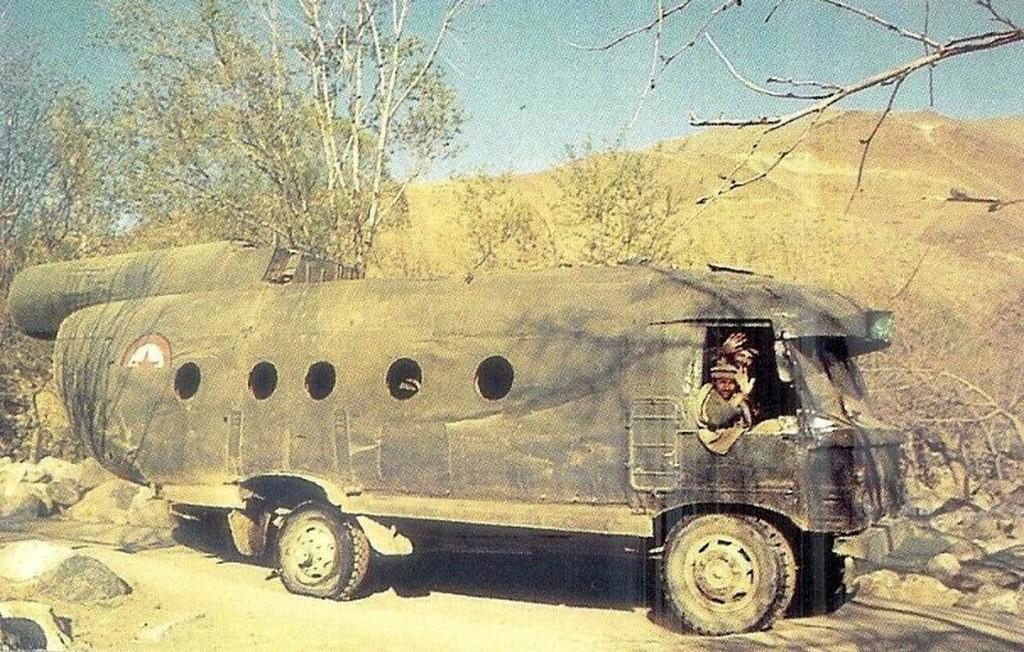 1990_az_afganok_teherautoja_a_mercedes-teherauto_alvazan_a_gaz-66-es_kabinbol_es_a_mi-8-as_torzsbol.jpg