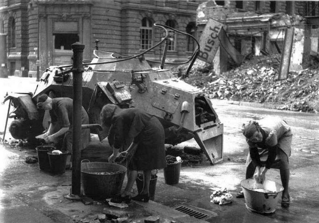 1945_junius_3_noi_ruhat_mosni_kozeleben_egy_fekete_pancelauto_sd_kfz_223_ausf_b_berlin.jpeg