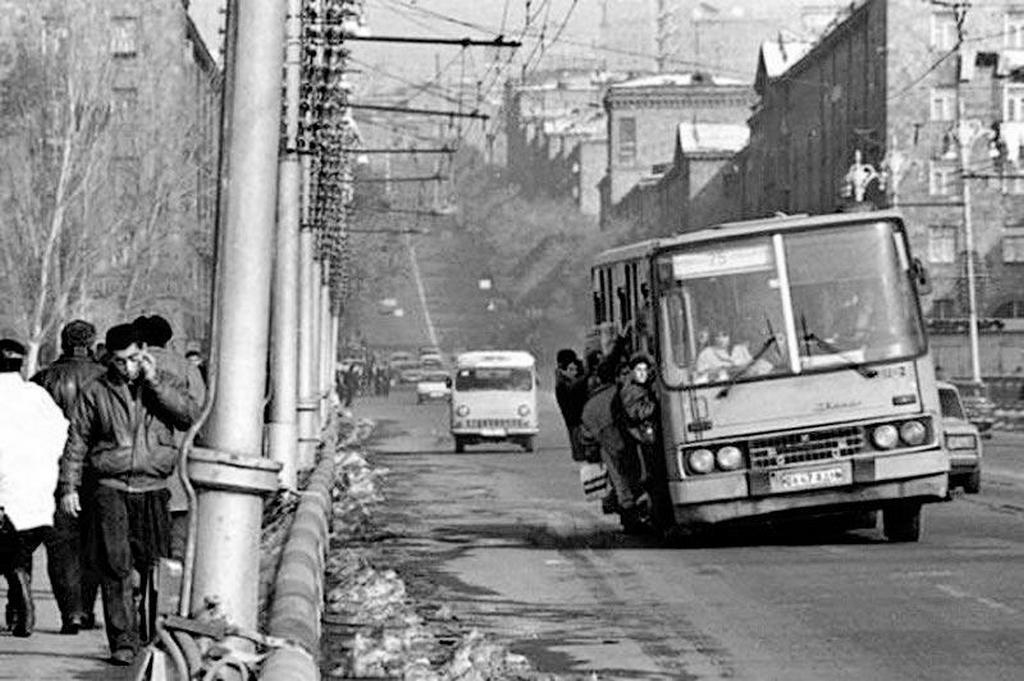 1990_a_25-os_busz_jerevanban_szovjetunio.jpeg