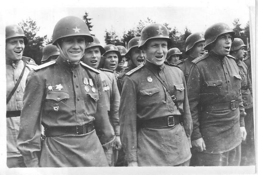 1945_linz_144_gyalogezred_tuzerseg_nemet_sisakokban.jpeg
