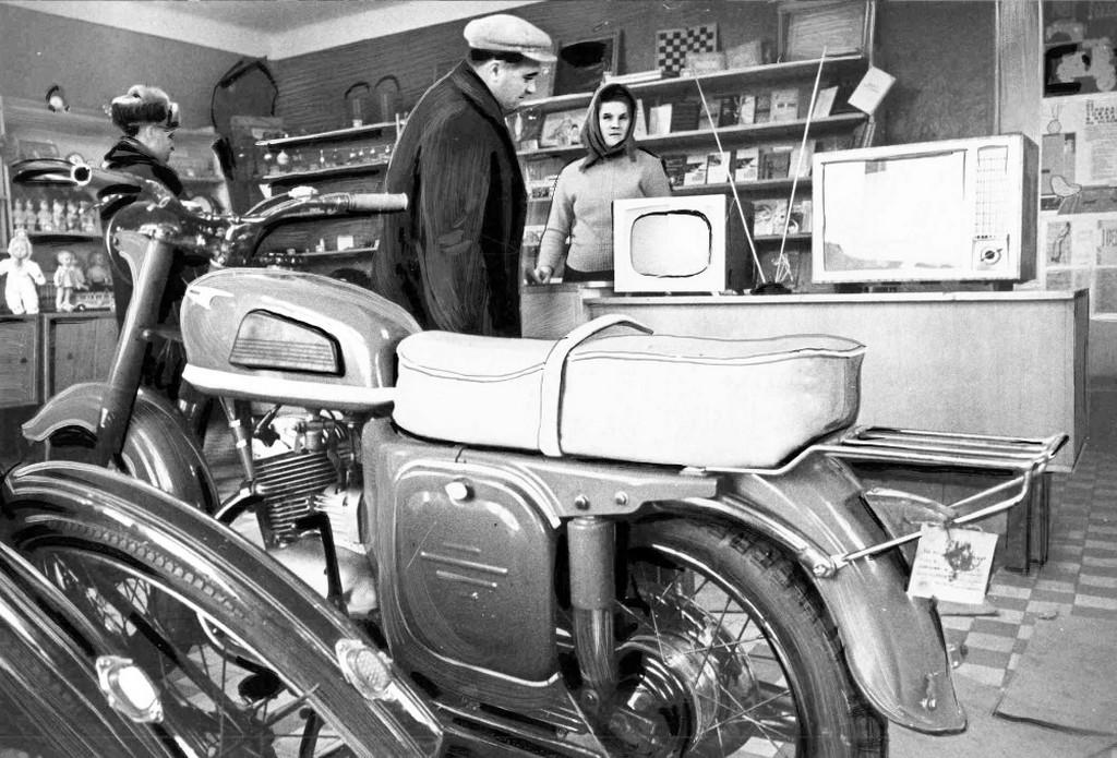 1960-as_evek_szovjetunio_szamara-korzet_egyik_kistelepulesenek_vegyesboltja_retus.jpg
