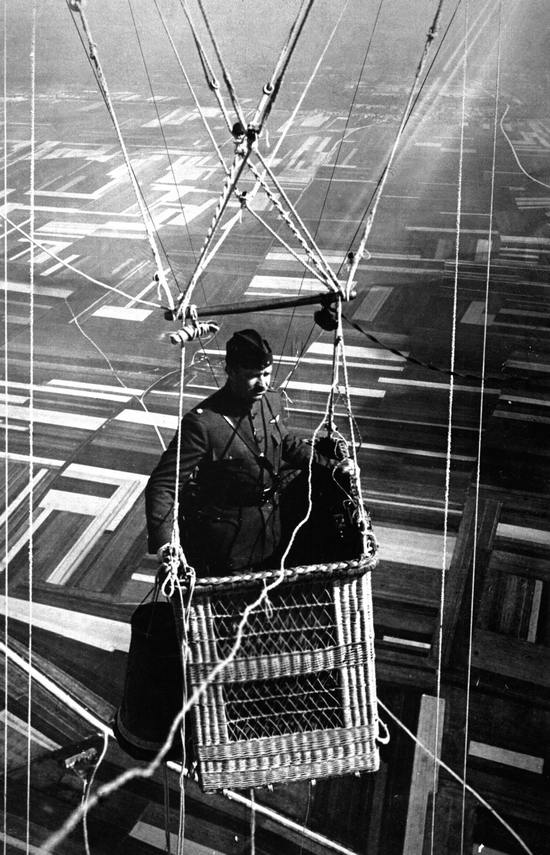 1918_an_american_major_piloting_an_observation_balloon_near_the_front_during_world_war_i.jpg