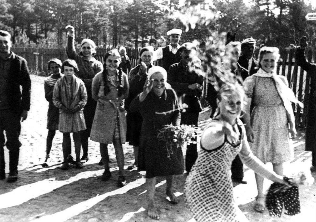 1941_junius_lithuanian_civilians_cheerfully_greet_invading_german_forces_of_army_group_centre_heeresgruppe_mitte_during_operation_barbarossa.jpg