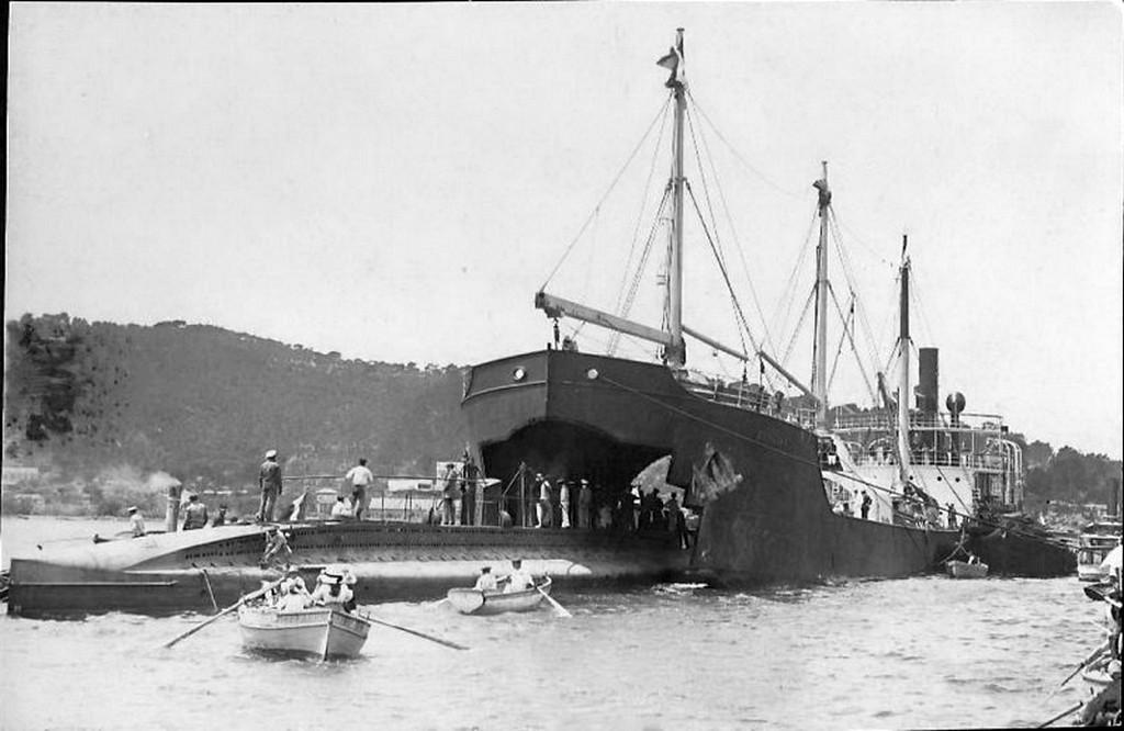 1913_a_ss_kanguroo_1912-ben_epult_bordeaux-ban_a_francia_schneider-creusot_franciaorszagi_hajogyarban_a_hajot_azert_epitettek_hogy_a_ceg_altal_epitett_tengeralattjarokat_szallitson.jpg