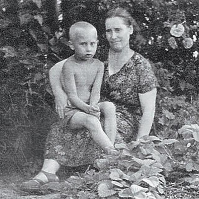 1958_vlagyimir_putyin_anyjaval.jpg